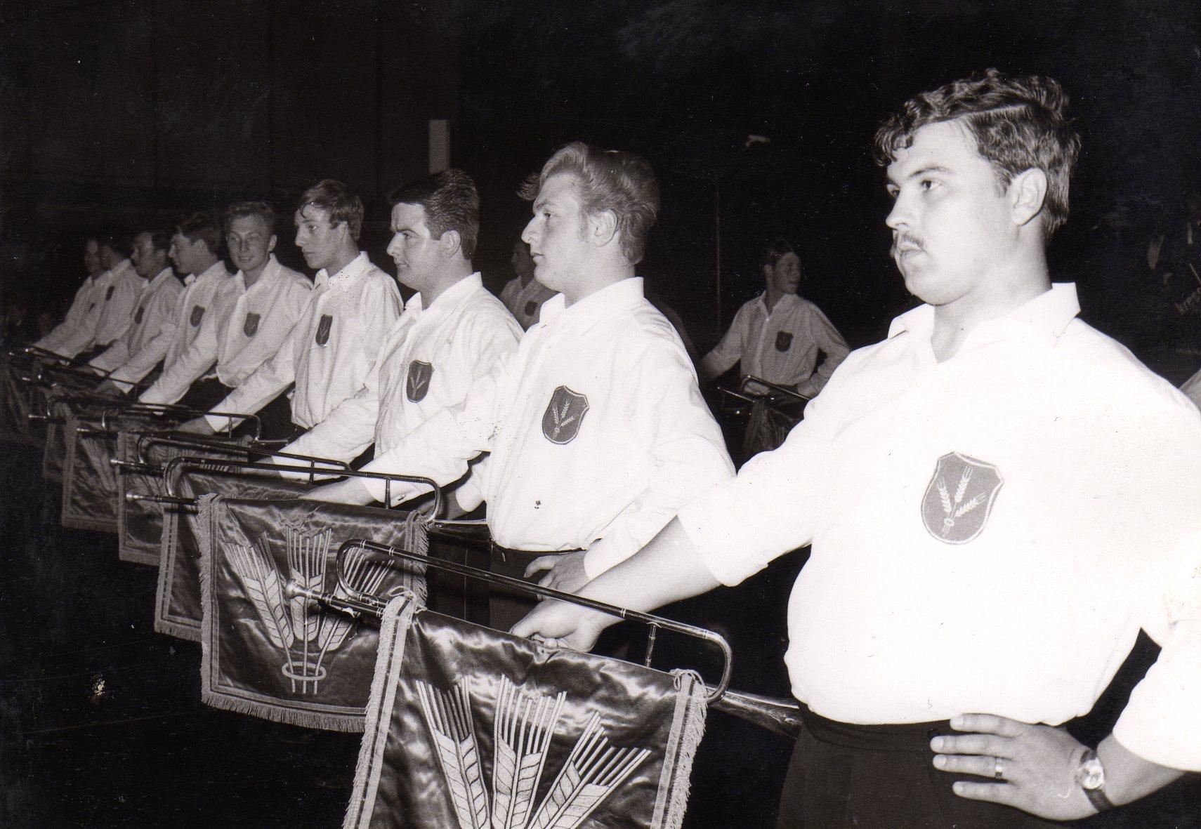 Der Fanfarenzug bei einem Auftritt in der Oberschwabenhalle im Jahr 1965