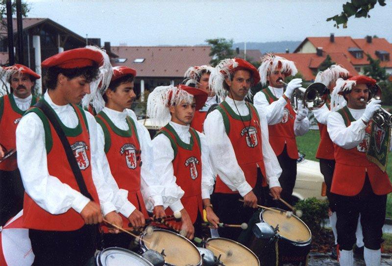Der Fanfarenzug bei einem Auftritt in den 90ern