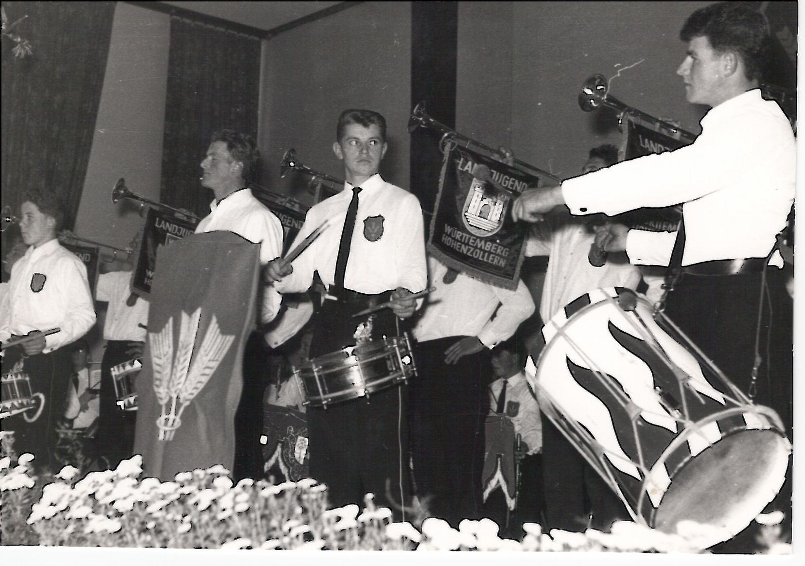 Der Fanfarenzug bei einem Auftritt zwischen 1960 und 1970