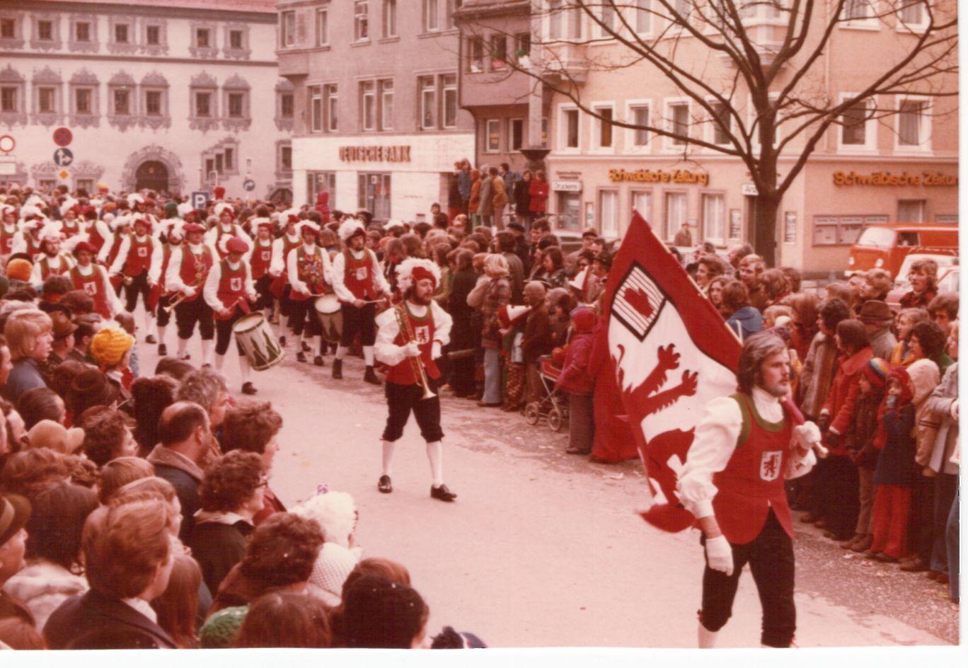 Der Fanfarenzug Ankenreute beim Rosenmontagsumzug in Ravensburg Mitte 1970